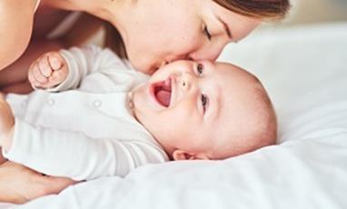 Quels soins choisir pour nettoyer et protéger la peau des bébés ?